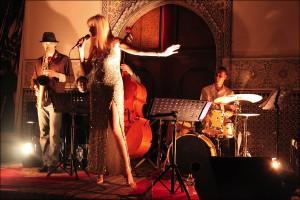 Au Tanjazz Lounge qui accueille les dorénavant très fameuses jam sessions after hours du festival, la facétieuse chanteuse australienne Sally Street avec les musiciens du Massilia Jazz Quartet : Hugo Lemarchand (saxophone tenor), Enzo Carniel (piano), Damien Varaillon (contrebasse) et Cédric Bec (batterie).